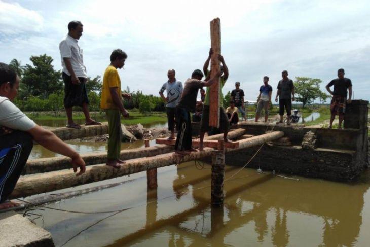 Warga tiga desa di Aceh Utara bangun jembatan darurat