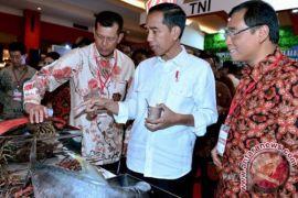 Presiden Joko Widodo Cicipi Kopi Maluku