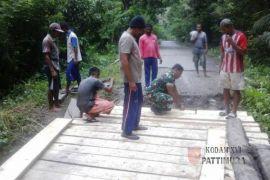 Babinsa Piru bersama warga bangun jembatan