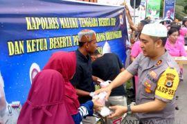 Polres Malra bagikan takjil untuk masyarakat