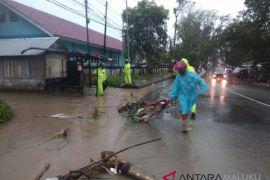 Polisi bersiaga di lokasi terancam banjir