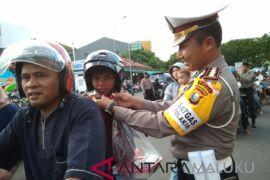 Polres bagikan helm secara gratis ke pengendara