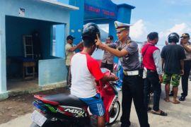 Polres bagikan helm gratis ke warga Hiri