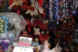 Warga minati penjualan pernak-pernik natal di Ambon
