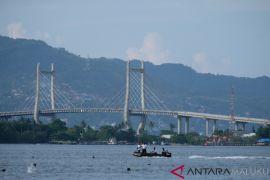 Ratusan anggota TNI-Polri berenang melintasi teluk Ambon