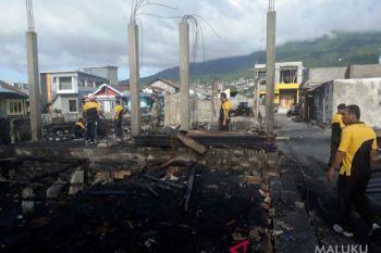 150 polisi bersihkan sisa kebakaran di Lelong