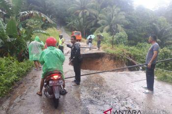 PUPR-BPBD tangani jalan longsor di Kilang