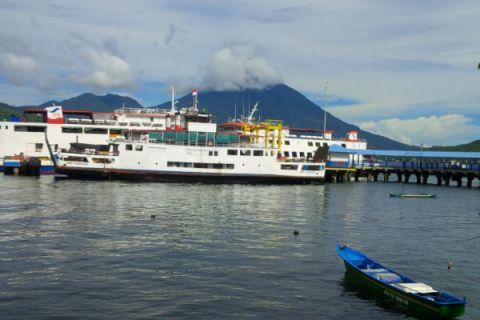 Calon penumpang penuhi pelabuhan feri Bastiong