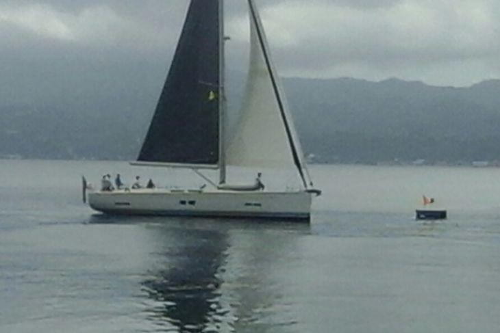 Perahu layar Colie peserta kedua masuk finis