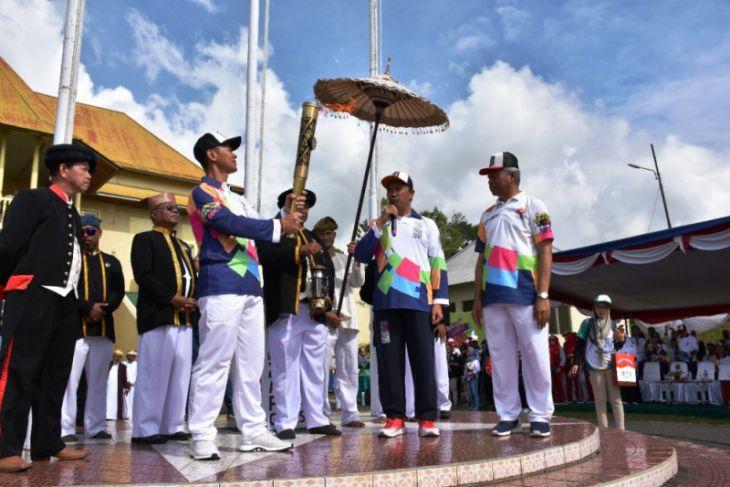 Perangkat kesultanan bangga Ternate dilewati pawai obor
