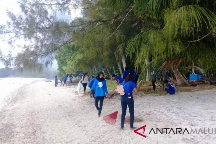 Mahasiswa perikanan Tual aksi bersih pantai Ohoidertavun
