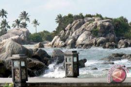 Pelajar Muntok bersihkan Pantai Baturakit