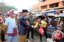 Presiden Jokowi Bagi-bagi Sembako di Pasar Banjarmasin