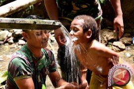 TNI latih warga buat paving blok