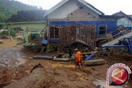 Eko Si Pahlawan Banjir Pacitan Dimakamkan di Blitar