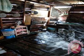Rumah warga Desa Tukak rusak diterjang gelombang
