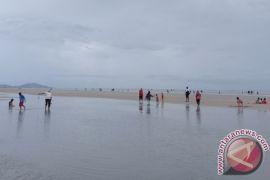 Pengunjung padati Pantai Pukan di Kabupaten Bangka