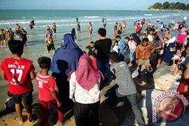 Bupati Bangka minta pengunjung pantai jaga kebersihan