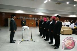 Wagub Abdul Fatah lantik lima komisioner Komisi Informasi