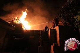 Pria bakar rumah diduga milik selingkuhan istrinya