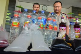 Polisi amankan mobil yang mengangkut 800 botol miras