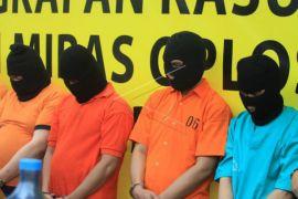 Delapan pekerja pabrik miras oplosan di Payakumbuh jadi tersangka