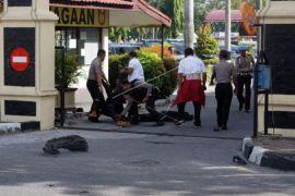 Personel Brimob bersenjata sisir area Mapolda Riau usai serangan
