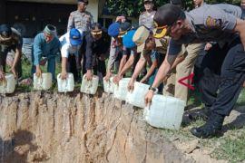 Polres Bangka Tengah musnahkan 3.000 liter arak