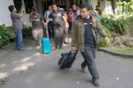 KPK bawa empat koper hasil penggeledahan di Tulungagung