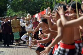 Presiden Jokowi lepas peserta pawai Pesta Kesenian Bali ke-40