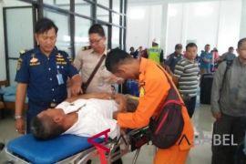 Petugas Posyan Pelabuhan Pangkalbalam evakuasi penumpang sakit