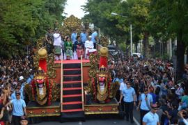 Presiden Jokowi bagi-bagi buku di pawai Pesta Kesenian Bali