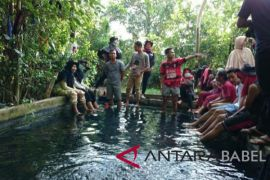 Mahasiswa UBB observasi situs pemandian air panas di Desa Permis