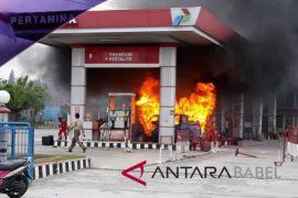 Petugas padamkan mobil terbakar di SPBU Pangkalpinang