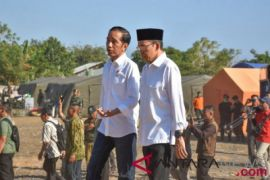 Presiden Jokowi bagikan sembako kepada korban gempa Lombok