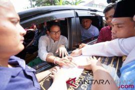 Sandiaga dihadang ratusan warga untuk menandatangani peresmian RSI Jombang