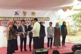 Presiden Jokowi serahkan beasiswa mahasiswa NTB terdampak bencana