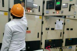Petugas PLN berupaya memulihkan jaringan listrik yang tersambar petir di Sungailiat