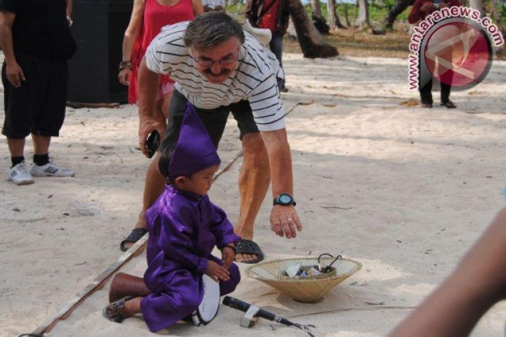 Wisatawan berikan saweran untuk pemain musik