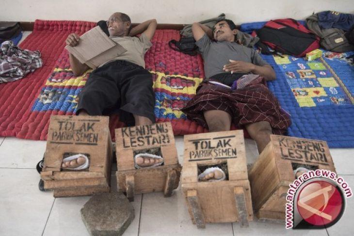 Petani Kendeng Tolak Hentikan Aksi Semen Kaki