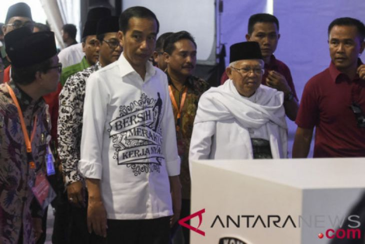 Jokowi kenakan kemeja