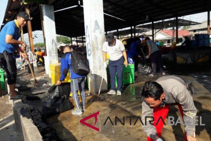 DKP Babel bersihkan sampah di PPI Pangkalpinang