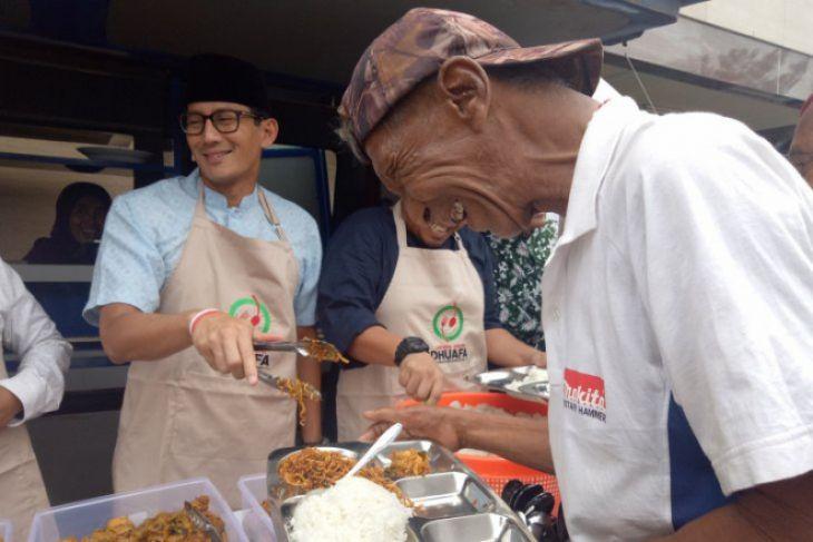 Sandiaga Uno melayani makan warga di Gedung Muhammadiyah