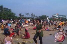 Ratusan Umat Hindu bersihkan diri di Sanur