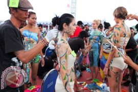 Foreign Tourists Join Body Painting Attraction