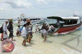 Lima Pasang Wisatawan Mancanegara Ikuti Lomba Busana ke Pura