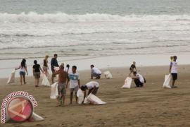 Masyarakat- ASN Bali lakukan bersih-bersih sampah di Pantai Klotok-Biaung