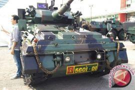 Selfie Berlatar Kendaraan Lapis Baja di IIMS Military Zone