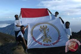 PBB Kibarkan Merah Putih Puncak Gunung Agung