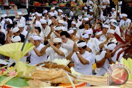Wagub Sudikerta Ingatkan Umat Jaga Kebersihan Pura